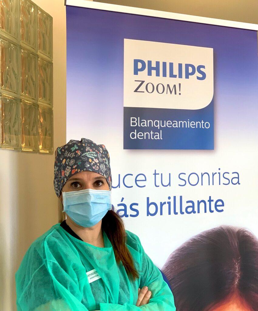 higienista dental Logroño con cartel de blanqueamiento dental. Clinica Dental Sanadent. Philips Zoom!