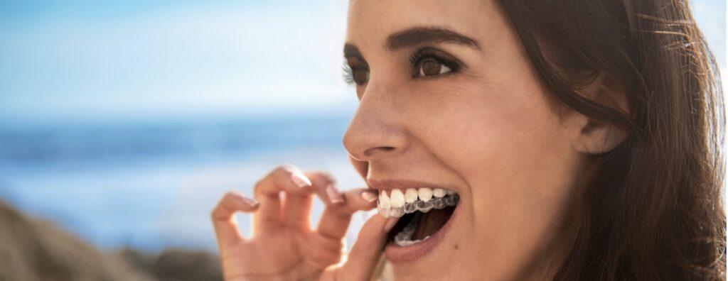 Chica con dentadura bonita gracias a los alineadores invisibles Invisaling en Clínica Sanadent de Logroño.